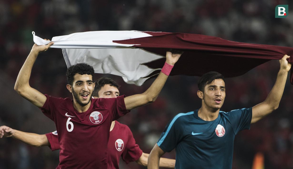 Para pemain Qatar mengibarkan bendera usai mengalahkan Thailand pada laga Piala AFC U-19 di SUGBK, Jakarta, Minggu (28/10). Qatar menang 7-3 atas Thailand. (Bola.com/Vitalis Yogi Trisna)