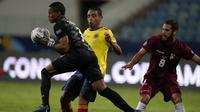 Penjaga gawang Venezuela Wuilker Farinez menangkap bola saat melawan Kolombia pada laga Grup B Copa America di Estadio Olimpico Pedro Ludovico Teixeir, Jumat (18/6/2021). (AP Photo/Ricardo Mazalan)