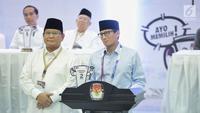 Pasangan capres-cawapres Prabowo Subianto (kiri) dan Sandiaga Uno (kanan) memberikan pidato usai mengambil nomor urut peserta Pemilu 2019 di Kantor KPU, Jakarta, Jumat (21/9). Pasangan Prabowo-Sandi mendapatkan nomor urut 02. (Liputan6.com/Faizal Fanani)