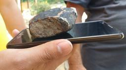 Dugaan potongan meteorit yang jatuh di Kuba barat, kota Vinales, Pinar del Rio pada Jumat (1/2). Menurut petugas layanan cuaca nasional, meteorit itu melintasi langit sebelum meledak dan menghujani puing-puing di Kuba barat. (FATIMA RIVERO/TELEPINAR/AFP)
