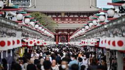 Orang-orang mengunjungi kuil Sensoji (tengah) di distrik Asakusa Tokyo (22/9/2020). Kuil Sensoji merupakan salah satu landmark ibu kota Jepang. (AFP/Charly Triballeau)