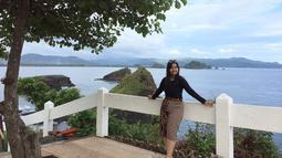 Lebby Wilayati saat berlibur ke Pantai Papuma Jember menggunakan kaos panjang hitam yang dipadukan dengan celana pendek motif batik sangat cocok. (Liputan6.com/IG/@lebbywilayati)
