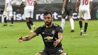 Gelandang Manchester United, Bruno Fernandes, menjadi pencetak satu gol ke gawang Sevilla pada semifinal Liga Europa 2019/2020, Senin (17/8/2020). (AP Photo/Martin Meissner, Pool)