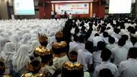 BNNP Jatim menggelar sosialisasi bahaya narkoba di kalangan pelajar di SMA Muhammadiyah 2 (Smamda), Sidoarjo. (Liputan6.com/Dian Kurniawan)