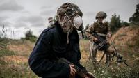 Pasukan GNA berlindung dalam pertempuran dengan Tentara Nasional Libya (LNA) di Tripoli, Libya (25/3/2020). Menteri Kesehatan pemerintah Libya yang didukung PBB Ehmid Bin Omar pada Selasa (24/3) mengumumkan infeksi COVID-19 pertama di negara tersebut. (Xinhua/Amru Salahuddien)