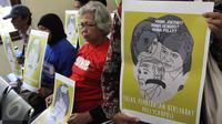 Poster yang dibawa Komite Aksi Solidaritas Untuk Munir (Kasum) saat sidang pembacaan putusan di PTUN Jakarta Timur, Rabu (29/7). Majelis hakim menolak gugatan yang diajukan LBH Jakarta atas pembebasan bersyarat Pollycarpus. (Liputan6.com/Helmi Afandi)