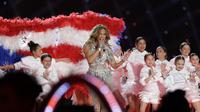 Jennifer Lopez dalam pertunjukan halftime show NFL Super Bowl 2020.   (AP Photo/Seth Wenig)