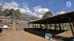 Pekerja memugar pendopo di kompleks Candi Cetho, Karanganyar, Jawa Tengah, Sabtu (25/8). Hal ini agar situs era abad ke-14 tersebut tetap terawat dan lestari. (Merdeka.com/Iqbal Nugroho)