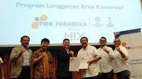 CEO Nex Parabola, Junus Koswara (jas hitam) bersalaman dengan CEO MIX Bimo Setiawan dalam peluncuran program langganan area komersial di SCTV Tower, Jakarta, Sealas (10/12/2019). (Liputan6.com/Cakra)