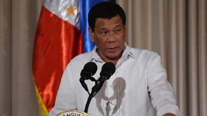 Presiden Filipina Rodrigo Duterte memberi tahu puluhan polisi yang berada di hadapannya bahwa mereka akan diawasi. (Ted Aljibe/AFP)