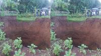 Lubang besar berdiameter 16 meter dengan kedalaman mencapai 12 meter, tiba-tiba muncul lagi di area persawahan penduduk di Sukabumi. (Rahmawan/ BPBD Sukabumi)