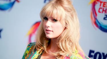 Taylor Swift berpose menghadiri FOX's Teen Choice Awards 2019 di Hermosa Beach, California (11/8/2019). Penyanyi 29 tahun ini tampil cantik mengenakan busana keluaran Versace.  (Rich Fury/Getty Images/AFP)