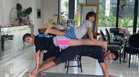 Jessica Iskandar bersama Richard Kyle dan El Barack lakukan yoga di rumah (Sumber: Instagram/inijedar)