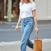Style dengan kaus dan celana jins. (via: pinterest.com)