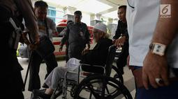 Abu Bakar Ba'asyir menggunkan kursi roda saat tiba di RSCM Kencana, Jakarta, Selasa (29/1). Abu Bakar Ba'asyir akan menjalani pemeriksaan kesehatan secara rutin untuk memeriksa kesehatannya pertiga bulan. (Merdeka.com/Imam Buhori)