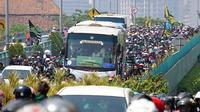 Bus yang membawa para pemain Persebaya U-20 diarak oleh Bonek ketika memasuki Sidoarjo dan melakukan pawai hingga Surabaya. (Bola.com/Aditya Wany)
