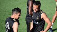 Gelandang Real Madrid Casemiro (kanan) berbincang dengan James Rodriguez (kiri) saat sesi latihan bersama rekan sertim mereka lainnya di Real Madrid's Sport City, Madrid, Spanyol, Jumat (16/8/2019). Real Madrid terus mempersiapkan debut perdananya di Liga. (JAVIER SORIANO/AFP)