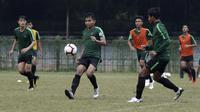 Pemain Timnas Indonesia U-19, Fadilah Nur Rahman, berebut bola saat latihan di Stadion Padjadjaran, Bogor, Kamis (26/9). Latihan ini merupakan persiapan jelang kualifikasi Piala Asia 2020. (Bola.com/Yoppy Renato)