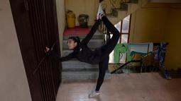 Atlet taekwondo Kashmir, Afreen Hyder melakukan latihan saat lockdown untuk mencegah penyebaran Covid-19 di koridor apartemennya di Srinagar pada 19 April 2020. Atlet berusia 20 tahun tersebut  berbagi apartemen dengan kedua orang tuanya. (AP Photo/Dar Yasin)