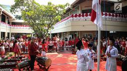 Siswa Jakarta Intercultutal School (JIS) menaikan bendera merah putih pada upacara bendera di Kampus JIS Pattimura, Jakarta, Rabu (16/8). Kegiatan tersebut dilakukan untuk memperingati Hari Proklamasi Kemerdekaan yang ke-72. (Liputan6.com/Faizal Fanani)