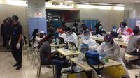 Sejumlah pedagang Pasar Tanah Abang bersiap menerima vaksin Covid-19 di Blok A, Rabu (17/2/2021). (Liputan6.com/Muhammad Radityo Priyasmoro)