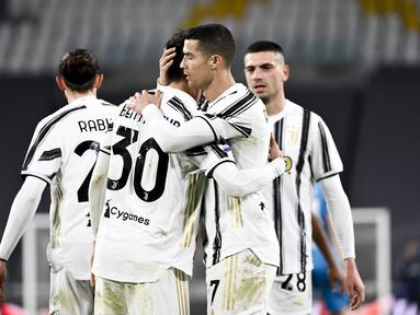 Penyerang Juventus, Cristiano Ronaldo berselebrasi dengan rekan-rekannya usai mencetak gol ke gawang Spezia pada pertandingan lanjutan Liga Serie A Italia di Stadion Allianz, Turin, Italia, Rabu (3/3/2021). Juventus menang telak atas Spezia dengan skor 3-0. (Marco Alpozzi / LaPresse via AP)