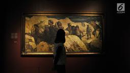 "Pengunjung melihat salah satu lukisan koleksi Istana Kepresidenan karya Rustamadji berjudul ""Tak Seorang Berniat Pulang Walau Maut Menanti"" yang dipamerkan di Galeri Nasional, Jakarta, Senin (6/8). (Merdeka.com/Iqbal Nugroho)"