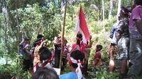 Siswa/i SD Kanisius Kenalan, Borobudur, Magelang mengikuti upacara bendera di Sumber Air Winong, Dusun Durensawit Banjaroya, Kalibawang, Kulon Progo, Yogyakarta. / Istimewa