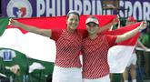 Ganda putri Indonesia, Beatrice Gumulya / Jessie Rompies, merayakan gelar juara usai mengalahkan wakil Thailand pada laga final SEA Games 2019 di Tennis Court Rizal Memorial Sports Complex, Manila Sabtu (7/12). Indonesia menang dengan skor 6-3 dan 6-3. (Bola.com/ M Iqbal Ichsan)