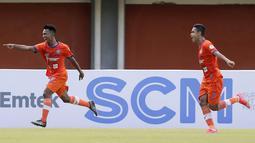 Gelandang Persiraja Banda Aceh, Assanur Rijal (kiri) melakukan selebrasi usai mencetak gol pertama timnya ke gawang Persita Tangerang dalam laga Grup D Piala Menpora 2021 di Stadion Maguwoharjo, Sleman, Rabu (24/3/2021). Persiraja menang 3-1 atas Persita. (Bola.com/Arief Bagus)