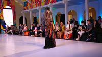 Rancangan Irma Intan dalam fashion show Festival Sarung Indonesia 2019 di Mal Senayan City, Senin (18/3/2019). (Liputan6.com/Dinny Mutiah)