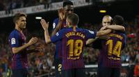 Pemain Barcelona merayakan gol Philippe Coutinho ke gawang Real Sociedad pada laga terakhir La Liga 2017-2018 di Camp Nou, Senin (21/5/2018) dini hari WIB.  (AP Photo/Manu Fernandez)