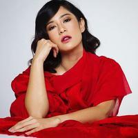 Tak hanya Song Hye Kyo, aktris Indonesia ini juga eksis dengan tren lipstik Korea ini. (Sumber foto: therealdisastr/instagram)