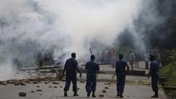 Petugas polisi saat menghadang para unjuk rasa petugas di Bujumbura, Burundi, (21/5/2015). Pada tanggal 13 November 2015, Uni Eropa menghimbau warga asing untuk keluar dari Burundi. (REUTERS/Goran Tomasevic)