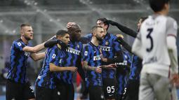 Penyerang Inter Milan, Romelu Lukaku (tengah) berselebrasi dengan rekan-rekannya usai mencetak gol ke gawang Bologna pada pertandingan lanjutan Liga Serie A Italia di Stadion San Siro Milan, Minggu (6/12/2020). Inter menang 3-1 atas Bologna. (AP Photo/Antonio Calanni)