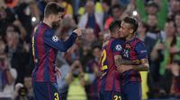 Pique meawarkan ucapan selamat setelah gol pembuka Neymar di menit ke-14. Sumber: Uefa