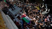 Pelayat membawa jasad perawat Palestina, Razan Najjar saat pemakamannya di Kota Khan Younis, Jalur Gaza Selatan, Sabtu (2/6). Razan ditembak tentara Israel saat memberi pertolongan pada korban luka di tengah demonstrasi di Gaza. (AP Photo/Khalil Hamra)