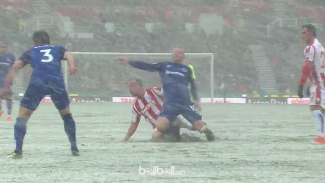 Charlie Adam mendapatkan kartu merah akibat tekelnya terhadap Wayne Rooney. This video is presented by Ballball.