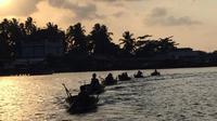 Konvoi sampan menjadi salah satu ciri aktivitas suku laut di perairan Kepulauan Riau. (foto : Liputan6.com / ajang nurdin)