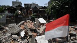 Puing ratusan bangunan yang dibongkar petugas Satpol PP di Petojo Utara VI Kecamatan Gambir, Jakarta, Rabu (30/9/15). Lokasi tersebut nantinya akan difungsikan untuk normalisasi kali Krukut. (Liputan6.com/Gempur M Surya)
