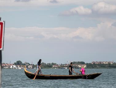 Mendayung Perahu Gondola