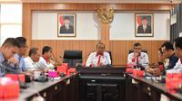 Sesmenpora Gatot S Dewa Broto memimpin rapat pembahasan dukungan persiapan penyelenggaraan piala dunia bola basket 2023 di Ruang Rapat Lantai 3, Kantor Kemenpora, Senayan, Jakarta, Senin (23/9).