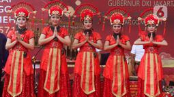 Penampilan sejumlah wanita saat puncak perayaan Cap Go Meh 2571 di Jalan Pancoran, Glodok, Tamansari, Jakarta Barat, Sabtu (8/2/2020). Cap Go Meh 2571 dimeriahkan berbagai atraksi seni budaya China dan Betawi. (Liputan6.com/Johan Tallo)