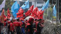 Ribuan buruh yang terdiri dari berbagai serikat, melakukan unjuk rasa di depan Istana Negara, Jakarta, Kamis (15/10). (Liputan6.com/Faizal Fanani)