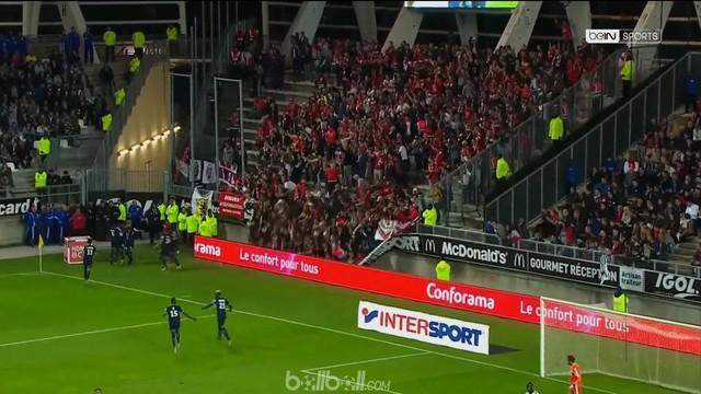 Tiga supporter Lille alami cedera serius dan harus mendapatkan perawatan di rumah sakit karena robohnya pagar pembatas di tribun penonton.