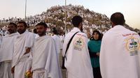 Jemaah haji dari seluruh dunia mengunjungi Jabal Rahmah menjelang Wukuf di Padang Arafah, Makkah, Arab Saudi, Sabtu (10/8/2019). Pada saat Wukuf para jamaah dianjurkan berdiam diri, berdoa dan banyak membaca ayat suci Al Quran. (FETHI BELAID / AFP)
