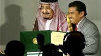 Raja Salman bin Abdulaziz dari Arab Saudi menyerahkan penghargaan King Faisal Awards 2018 kepada Profesor Irwandi Jaswir dari Indonesia (sumber: KBRI Riyadh)