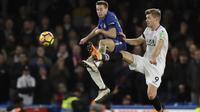 Aksi pemain Chelsea, Cesar Azpilicueta (kiri)  berebut bola dengan pemain Crystal Palace,  Alexander Sorloth pada lanjutan Premier League di Stamford Bridge stadium, London, (10/3/2018). Chelsea menang 2-1.(AP/Matt Dunham)
