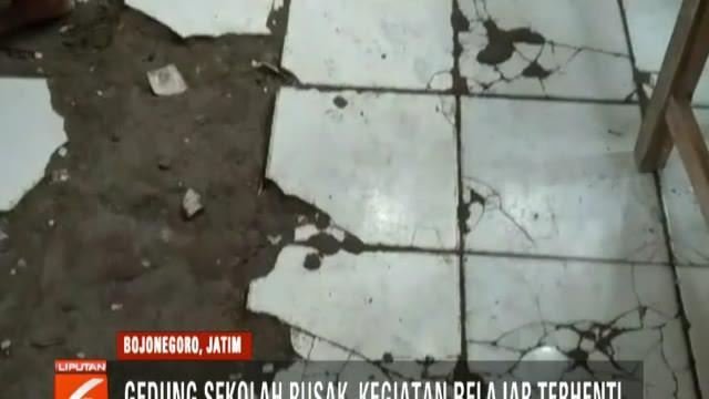 Bagian atap dan dinding sudah rusak parah. Bahkan, jika hujan turun para siswa terpaksa dievakuasi ke ruanganlain lantaran ruang kelas bocor.