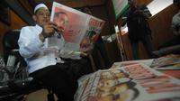 Pengasuh Ponpes Darul Ulum KH Cholil Dahlan membaca tabloid Obor Rakyat di Ponpes Darul Ulum Rejoso Peterongan, Jombang, Jawa Timur, Selasa (3/6). (ANTARA FOTO/Syaiful Arif)